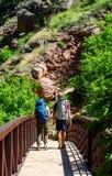 Coppie che fanno un'escursione in colorado Fotografie Stock Libere da Diritti