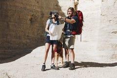Coppie che fanno un'escursione insieme nella regione selvaggia Fotografia Stock
