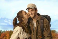 Coppie che fanno un'escursione insieme in tempo piacevole di autunno Fotografia Stock