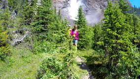 Coppie che fanno un'escursione nella montagna 4k stock footage