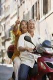 Coppie che fanno un giro turistico sul motorino Immagini Stock Libere da Diritti