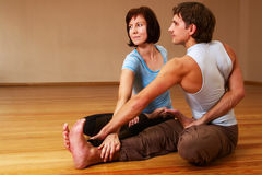 coppie che fanno yoga di pratica Fotografia Stock Libera da Diritti