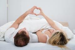 Coppie che formano forma del cuore con la mano fotografia stock libera da diritti