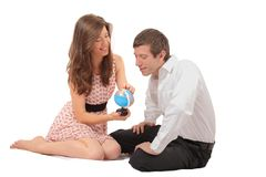Coppie che giocano con un globo geografico Immagini Stock