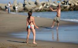 Coppie che giocano frisbee Fotografia Stock