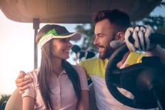 Coppie che giocano golf immagine stock