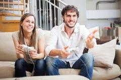 Coppie che giocano i video giochi Fotografie Stock Libere da Diritti
