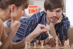 Coppie che giocano il gioco di scacchi Fotografia Stock