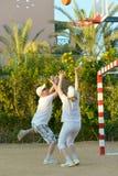 Coppie che giocano pallacanestro Fotografie Stock Libere da Diritti
