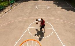 Coppie che giocano pallacanestro sulla corte all'aperto Fotografia Stock Libera da Diritti