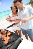 Coppie che godono del barbecue di estate immagini stock libere da diritti