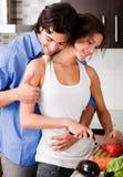 Coppie che godono del loro amore in cucina Fotografia Stock