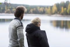 Coppie che godono della vista del lago dal campeggio immagini stock libere da diritti