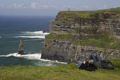 Coppie che godono della vista di oceano della scogliera Fotografia Stock