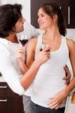 Coppie che godono di un vetro di vino Fotografie Stock