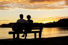 Coppie che guardano insieme un bello tramonto Immagini Stock