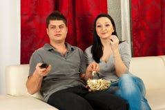 Coppie che guardano TV Fotografie Stock Libere da Diritti