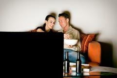 Coppie che guardano TV Fotografia Stock Libera da Diritti