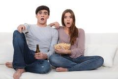 Coppie che guardano un film horror. fotografie stock