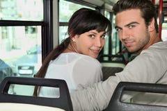 Coppie che guidano il bus Fotografia Stock