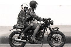 Coppie che guidano una motocicletta d'annata Immagine Stock Libera da Diritti