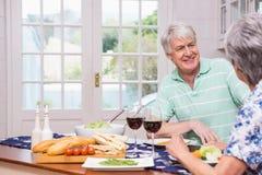 coppie che hanno anziano del pranzo insieme Fotografia Stock Libera da Diritti