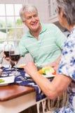 coppie che hanno anziano del pranzo insieme Fotografie Stock