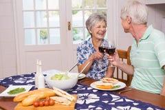 coppie che hanno anziano del pranzo insieme Fotografia Stock