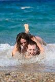 Coppie che hanno divertimento in acqua Fotografia Stock Libera da Diritti