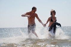Coppie che hanno divertimento al mare Fotografia Stock Libera da Diritti