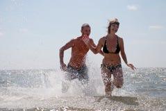 Coppie che hanno divertimento al mare Immagini Stock Libere da Diritti