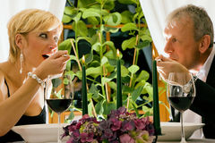 Coppie che hanno pranzo in ristorante Fotografia Stock