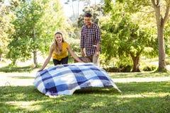 Coppie che hanno un picnic nel parco Immagini Stock Libere da Diritti