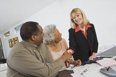 Coppie che incontrano consulente finanziario Fotografia Stock