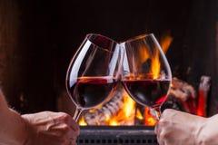 Coppie che incoraggiano con il vino rosso Fotografia Stock