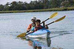 Coppie che kayaking. Fotografie Stock