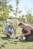 Coppie che lavorano al giardino Immagine Stock Libera da Diritti