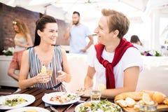 Coppie che mangiano pranzo fotografie stock libere da diritti