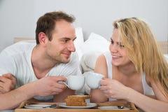 Coppie che mangiano prima colazione Immagine Stock