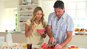 Coppie che mangiano prima colazione in cucina stock footage