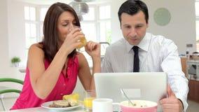 Coppie che mangiano prima colazione prima che il marito vada lavorare archivi video
