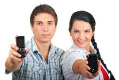 Coppie che mostrano i telefoni mobili Fotografia Stock Libera da Diritti