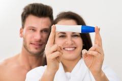 Coppie che mostrano test di gravidanza positivo Immagini Stock
