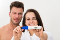 Coppie che mostrano test di gravidanza positivo Immagini Stock Libere da Diritti