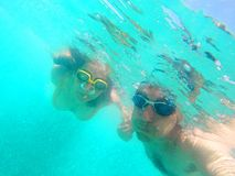 Coppie che nuotano underwater nel mare Immagine Stock Libera da Diritti