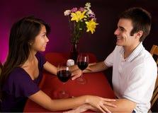 Coppie che ottengono più vicine mentre mangiando vino Immagini Stock Libere da Diritti