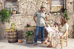 Coppie che parlano del vino in una vecchia azienda agricola Fotografia Stock