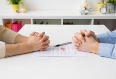 Coppie che passano attraverso le carte di firma di divorzio fotografia stock libera da diritti