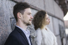 Coppie che posano contro lo sfondo di una parete del granito Fotografia Stock
