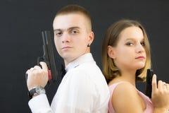 Coppie che posano nello stile dell'agente segreto Immagine Stock Libera da Diritti